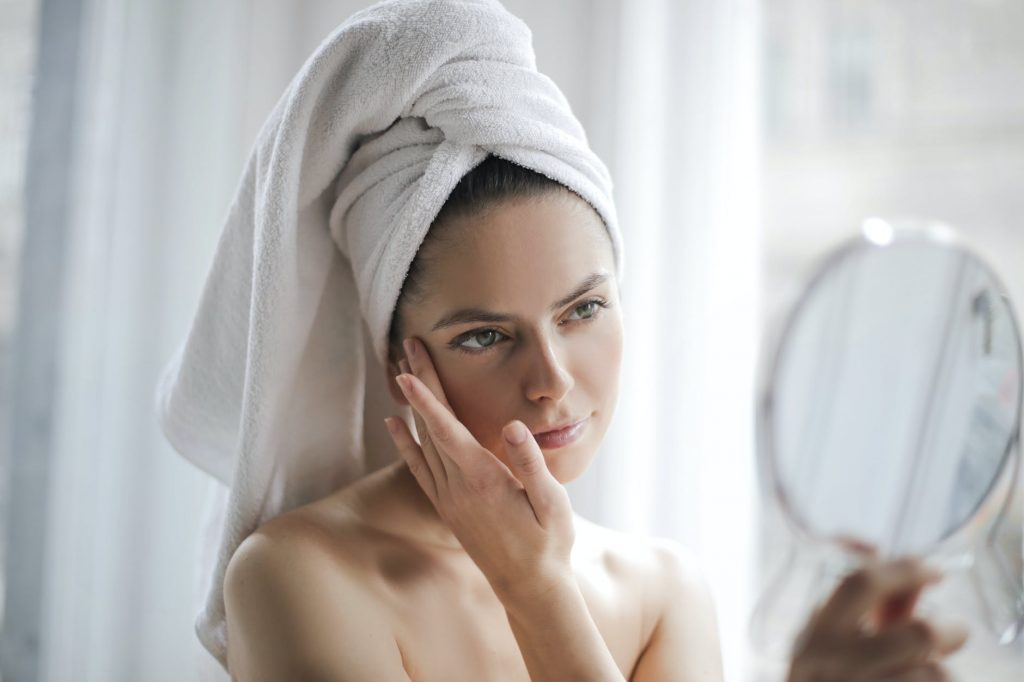 how to cleanse skin proplery and get rid of blackheads, girl cleansing face